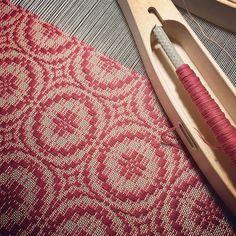 最後の経糸を張って織り始めました  こちらはクッションになる予定です✨  色々焦りが出て来て 今日も夜更かししてしまった    #手織り#クッション#ヴィンテージ風#コットン#眠い#長岡クラフトフェア#weaving#cotton#joki
