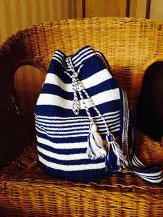 Love the stripes! Crochet Handbags, Crochet Purses, Free Crochet Bag, Knit Crochet, Mochila Crochet, Tapestry Bag, Boho Bags, Tapestry Crochet Patterns, Knitted Bags