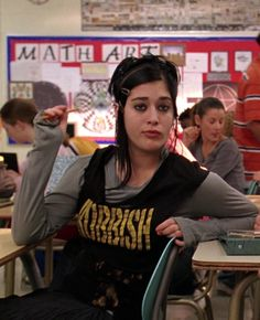 """This was a time when short-sleeved tops were worn over long-sleeved ones, because fashion. 20 Outfits From """"Mean Girls"""" That No One Would Ever Wear Now Mean Girl 3, Mean Girls Movie, Mean Girls Janis, Goth Aesthetic, Aesthetic Clothes, Mean Girls Outfits, Movie Outfits, Girl Film, Early 2000s Fashion"""