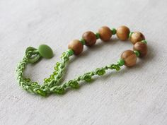 Spring green necklace with wood and glass di 100crochetnecklaces