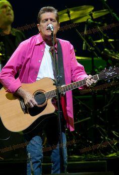 GLENN FREY. ...I LOVE the PINK ♡♥♡♥♡♥♡♥ Eagles Music, Eagles Band, American Music Awards, American Singers, Glen Frey, History Of The Eagles, Rip Glenn, Bernie Leadon, Guitar Guy