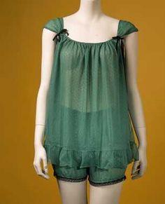 14-11-11  CMU  Babydoll (1964)  Babydoll van nylon bestaande uit hesje (001) en (pof)broekje (002); kleur: 001: groen met zwarte nopjes; 002: effen groen.