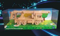 Dřevěná zvedací plošina je plně funkční. Zajímavá hračka pro děti. Dárky pro děti k narozeninám. Dřevěná hračka česká výroba.