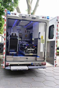 Neue RTW Generation 2016 - Berufsfeuerwehr Düsseldorf - Hublift in Trittstufe am Heck