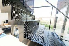 Metalen design trap: geperforeerde staalplaat zwart gelakt