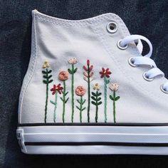 Converse bordado con un logo floral - ideas hermosas y diferentes Floral Embroidery, Embroidery Stitches, Embroidery Patterns, Hand Embroidery, Converse Floral, Diy Converse, Converse Shoes, Floral Sneakers, High Top Converse