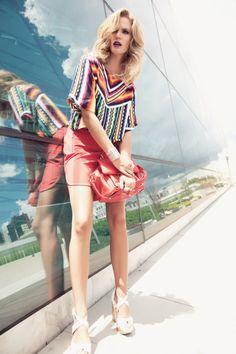 Sale time - fevereiro 2014 - Blusa crooped Colcci, saia Lita Mortari para Bazaar Fashion, sandália Luiza Barcelos para Marreh, bolsa Colcci, pulseira Maria Dolores,  e aneis Silvia Döring.