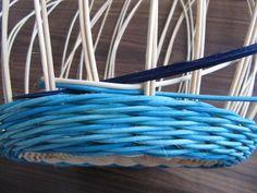 Обалденный Узор!!!! Плетение из газет: csirith Weaving Patterns, Upcycled Crafts, Garden Hose, Basket Weaving, Clothes Hanger, Projects To Try, Design, Tips, Hampers
