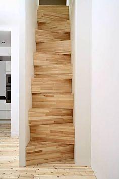 Designet av Gabriella Gustafson og Mattias Ståhlbom ved arkitektkontoret TAF i Sverige. De er laget av furubokser stablet oppå hverandre