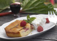 Prøv en frisk og sød marcipankage med rabarber og blød flødeskum...