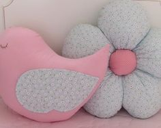 Almofada Passarinho e Margarida Pink Pillows, Cute Pillows, Baby Pillows, Throw Pillows, Baby Crafts, Diy And Crafts, Sewing Crafts, Sewing Projects, Flower Pillow
