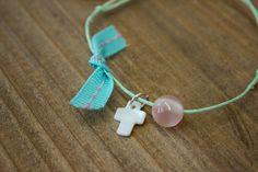 Μαρτυρικά 50τεμ MRC-003  Χειροποίητα μαρτυρικά βραχιολάκια με σταυρό από φίλντισι, ροζ χάντρα και βεραμάν φιογκάκι, σε έναν αρμονικό συνδυασμό με μέντα κορδόνι. Drop Earrings, Jewelry, Jewellery Making, Jewels, Jewlery, Jewerly, Jewelery, Jewel, Chandelier Earrings