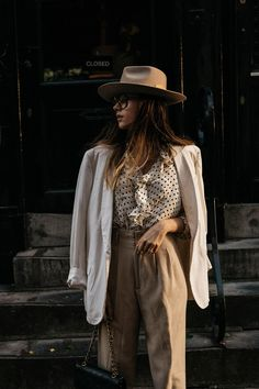 Some style vibes plus big oversized Gucci alike glasses plus a ruffled blouse and all thrown together into yet another version of a perfect masculine outfit. Fashion Mode, 70s Fashion, Fashion Outfits, Fashion Hats, Womens Fashion, Outfits With Hats, Outfits For Teens, Inspiration Mode, Classic Style Women