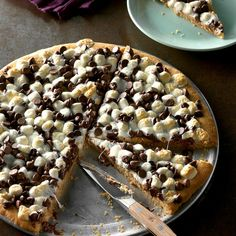 This is probably the most unusual pizza you& ever see! It& a great dessert for kids, although adults snap it up, too Everyone loves the chewy crust and the great flavor Chocolate and peanut butter are a nice combination - pizza Tolle Desserts, Köstliche Desserts, Great Desserts, Delicious Desserts, Dessert Recipes, Yummy Food, Tasty, Frozen Desserts, Yummy Yummy