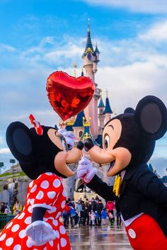 Mickey and Minnie Mouse in front of the Sleeping Beauty Castle in Disneyland Paris DLP balloon Hart kiss kisses kissing love character Walt Disney World, Disney World Fotos, Disney World Pictures, Disney Mickey, Disney Art, Disney Pixar, Walt Disney Paris, Mickey And Minnie Love, Orlando Disney
