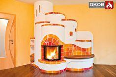 Klassischer Heizkamin mit keramischem Speicher. Nicht nur das große Kaminfeuer, sondern auch die ausdruckstarke Handkeramik spenden hier Wärme und Wohlbefinden.   Designed by DKOB - Deine Kachelofenbauer