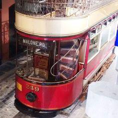 Agora vamos de ônibus... #Belfast #IrlandadoNorte #NorthernIreland # #ViajandonoBlognaIN #VisitBelfast #Irelands2017 #Irlandas2017 #TuaisceartÉireann #UK #ReinoUnido #followyourheart #sigaseucoração #letyoursoulbeyourpilot #feliz #happy #buses #oldbuses #vádeônibus #VisitBelfast #oldtransport #cultra #ulsterbus
