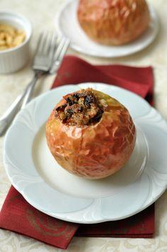 Töltött, sült alma - 50 perc A hihetetlenül sokoldalú alma ezúttal olyan finomságokkal került egy tányérra, mint a fahéj, a mogyoró és a szárított áfonya. Ez a töltött, sült alma ráadásul kókuszolajjal készült, így akár egy laktózmentes ebéd záró fogása is lehet. Camembert Cheese, Dairy, Food, Eten, Meals, Diet
