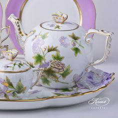 The Royal Garden tea pot is an old design, used by celebrities and statesmen. This pot was created with a butterfly lid.