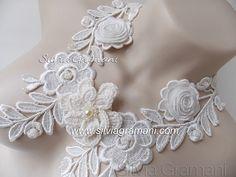 Olá a todos!!!   Hoje trago este lindo colar. Feito em uma base de renda de guipir, uma flor de crochê com miolo bordado, 2 rosas de guip...