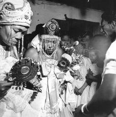 Laroiye, Esù Onà! O Candomblé surgiu em meados do século, a partir da junção de elementos de várias religiões existentes no continente Africano. Os povos do Império Yorubá (Nordeste dá Nigéria), Ba…