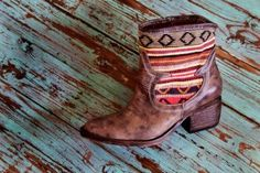 Western style leather boot with kilim detail. Bendito Pie.