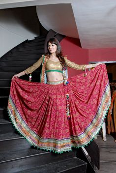 In this collection we are sharing most beautiful floral lehenga choli designs pictures. Hope you will like these wedding, party or summer dresses. Indian Skirt, Indian Dresses, Indian Outfits, Lehenga Choli Designs, Lakme Fashion Week, India Fashion, Ethnic Fashion, Indische Sarees, Garba Dress