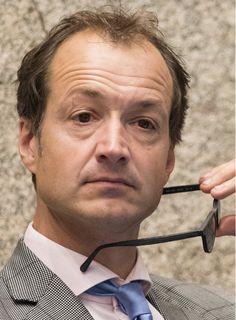 Eric Wiebes 12-03-1963 Nederlands bestuurder. Hij is sinds 4 februari 2014 staatssecretaris van Financiën in het kabinet-Rutte II. Daarvoor was hij sinds 2010 in Amsterdam voor de VVD wethouder Verkeer en Vervoer.  Eerder was hij onder meer werkzaam bij bedrijfskundige adviesbureaus en op het Ministerie van Economische Zaken.  https://youtu.be/du_waQ0tWWE