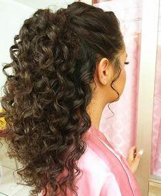 Un contraataque de Imagem-Pode: uma ou mais pessoas e close-up en 2020 Curly Bridal Hair, Curly Hair Ponytail, Long Curly Hair, Wedding Hairstyles For Curly Hair, Quince Hairstyles, Easy Hairstyles, Men's Hairstyle, Headband Hairstyles, Curly Hair Styles