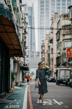 11 Dinge, die ihr in Taiwan unbedingt machen müsst | Fashion Blog from Germany. Navy striped midi dress+whtie sneakers+taupe tassel crossbody bag+sunglasses. Summer Casual Outfit 2017