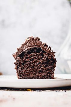 These vegan double chocolate cupcakes are easy, delicious and beginner-friendly. Fluffy, soft and airy chocolate sponge is topped off with rich chocolate icing. You can make these vegan double chocolate cupcake recipe even if you've never baked before, they're that easy. #vegancupcakes #veganbaking #chocolatecupcakes #veganchocolatecupcakes #chocolatedesserts #myveganminimalist Vegan Chocolate Icing, Perfect Chocolate Cake, Chocolate Sponge, Chocolate Desserts, Vegan Dessert Recipes, Vegan Recipes Easy, Cupcake Recipes, Vegan Pudding, Best Food Photography
