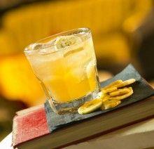banan, pomarancza, mango: – 1 duże mango – 400 g świeżego ananasa – 1 kiwi – 1 banan – 3 pomarańcze – 1 łyżka soku z cytryny – 1 łyżka ziaren słonecznika