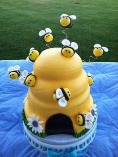 Beehive Cake w/ cupcakes - Cake by TastyMemoriesCakes