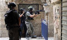 Polícia israelense dispersa manifestantes palestinos com granadas em Jerusalém. Conflitos com muçulmanos já chegam ao terceiro dia consecutivo na celebração do ano novo judeu Foto: AHMAD GHARABLI / AFP