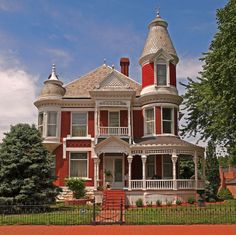 joilieder: Victorian House in Lexington, Missouri. The photographer, FotoPlace wrote that he (or she) thought the house looked like Harry Potter's Aunt's and Uncle's House. I leave that for you to decide.