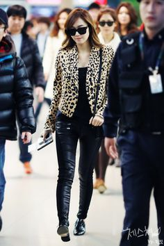 I seriously want Jessica's blazer!!! :(    http://www.beautyismyduty.com/fashion/korean-fashion-snsd-girls-generation-airport-style/