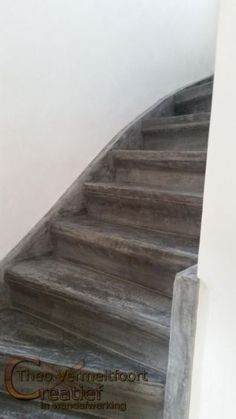 betonnen trap, betonlook op hout, betonverf trap interieur Beton Diy, Tadelakt, Stair Steps, House Stairs, Staircase Design, Stairways, Home Remodeling, Interior Decorating, Sweet Home