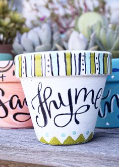Herb pots hand painted hand lettered by Megan at makewells - Modern Creative Lettering, Cool Lettering, Hand Lettering, Painted Plant Pots, Painted Flower Pots, Flower Pot Crafts, Clay Pot Crafts, Pottery Painting, Ceramic Painting