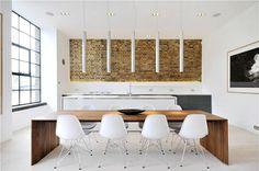 sillas eames muro caravista muebles de diseño grandes ventanales estilo nórdico estilo minimalista estilo londinense entrevisa decoesfera delikatissen diseño de interiores decoración en blanco decoración de interiores cocina moderna cocina blanca cama tatami apartamento de diseño en londres