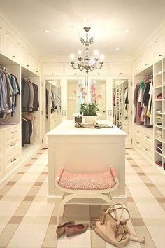 19-walk-in-closet-ideas - 59 walk-in-closet ideas to fulfill your and your clothes' dreams. You'll find much more amazing ideas @ glamshelf.com