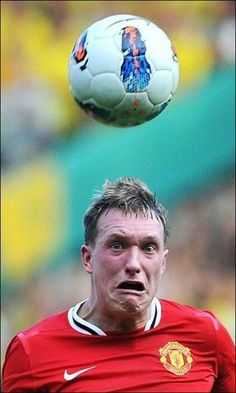 I think that is my face when hitting a soccer ball on my head :) Funny Sports Pictures, Funny Photos, Cool Pictures, Phil Jones, Challenge, Sports Humor, Soccer Humor, Funny Soccer, Funny Football