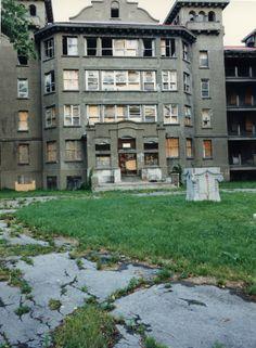 Une DES Crèches YOUVILLE à l'abandon... Ces photos sont TRÉSORS puisqu'il n'existe plus... démoli.