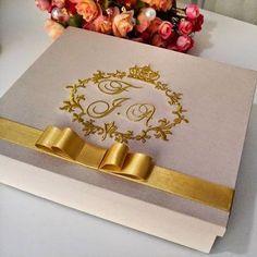 Um clássico é um clássico. Dourado nunca sai de moda... #ateliecrisetiago #caixacasamento #casamento #casamentodeluxo #wedding #weddinggift #caixapadrinhos #caixapersonalizada #caixaemtecido #lembrancapadrinhos #caixamadrinhas