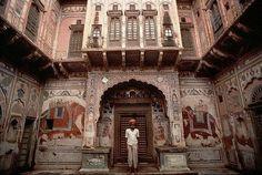 Départ par la route pour Mandawa. Également appelée « Galerie en plein air du Rajasthan », la région du Shekhawati est réputée pour ses somptueuses petites maisons, plus connues sous le nom de Havelis. Ces demeures témoignent de la richesse des marchands locaux   Mon Voyage Inde