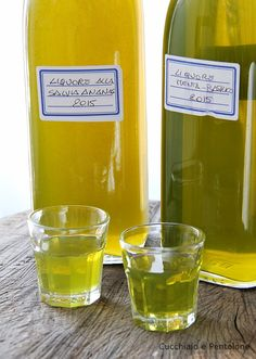 LIQUORE ALLA SALVIA ANANAS, LIQUORE AL BASILICO E MENTA, LIQUORE ALL'ERBA LUIGIA, LIQUORE ALLA LIPPIA, VIN DE CERISES, PRUGNE ZUCCHELLE SOTTO SPIRITO E AL BRANDY. LE SCORTE CI SONO! | Pineapple Sage, Homemade Liquor, Tea Cocktails, Liqueur, Limoncello, Diy Food, Healthy Drinks, Vodka, Food To Make