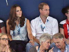 Kate legte ganz verliebt ihre Hand auf William's Knie. | Kate hüpft in High-Heels und vergnügt sich mit den Prinzen | POPSUGAR Deutschland Stars