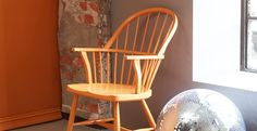 GRÅ SKIFER 1462 Farge Interiør | Jotun.no Wonderwall, Wishbone Chair, Simple Living, Rocking Chair, Color Inspiration, Colours, Living Room, Orange, Lady