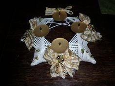 VÁNOČNÍ SVÍCEN Svícen je upleten z papírových ruliček, nalakován a ozdoben vkusnými mašlemi a dekoracemi.
