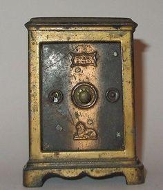 ANCIENNE TIRELIRE EN TOLE COFFRE FORT BANQUE ANTIQUE BANK MONEY BOX