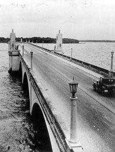 Florida Memory - Automobile on Memorial Bridge over the Saint Johns River - Palatka, Florida Visit Florida, Old Florida, Vintage Florida, Palatka Florida, Wonderful Places, Beautiful Places, Hialeah Florida, Florida Pictures, Jacksonville Fl